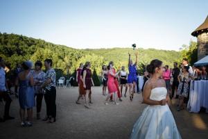 lancé de bouquet de la mariée. Photo réalisée par Castille ALMA photographe de mariage à Paris Région Parisienne.
