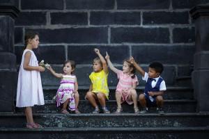 Jeux d'enfants. Photo réalisée par Castille ALMA photographe de mariage à Paris Région Parisienne.