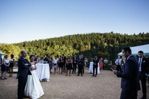 Discours des témoins pendant le cocktail. Photo réalisée par Castille ALMA photographe de mariage à Paris Région Parisienne.