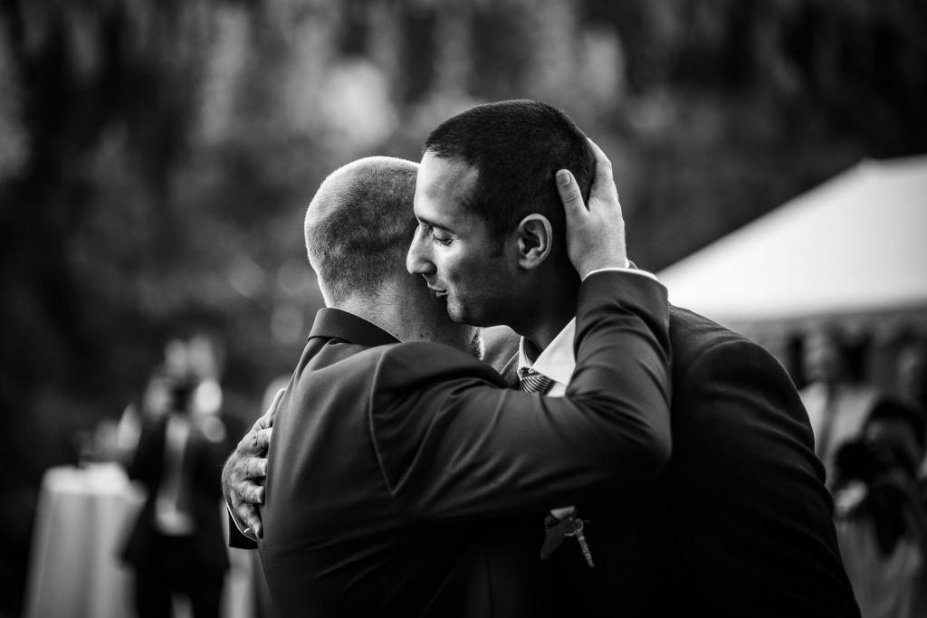 Emotion le marié et son témoin s'enlace. Photo réalisée par Castille ALMA photographe de mariage à Paris Région Parisienne.