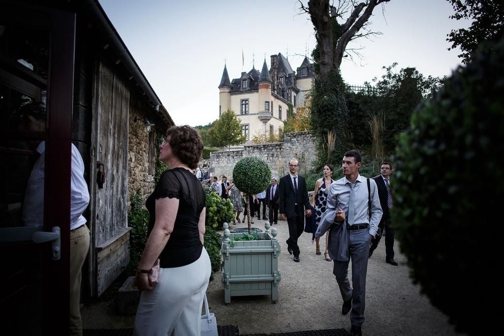 Entrée dans la salle de réception de mariage. Photo réalisée par Castille ALMA photographe de mariage à Paris Région Parisienne.