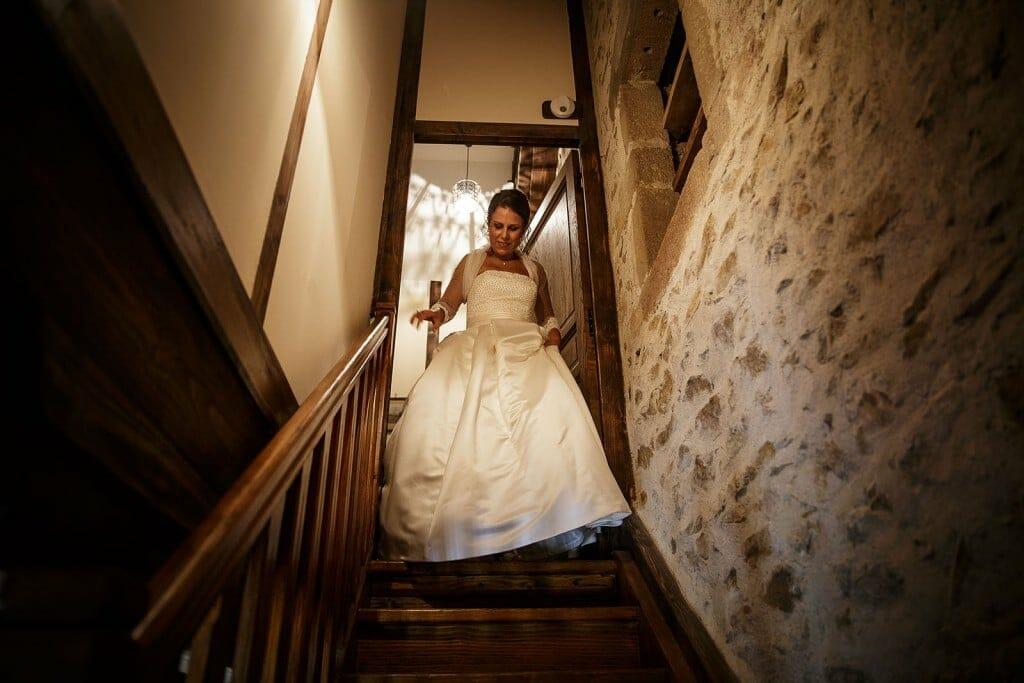 La mariée descend les escaliers. Photo réalisée par Castille ALMA photographe de mariage à Paris Région Parisienne.