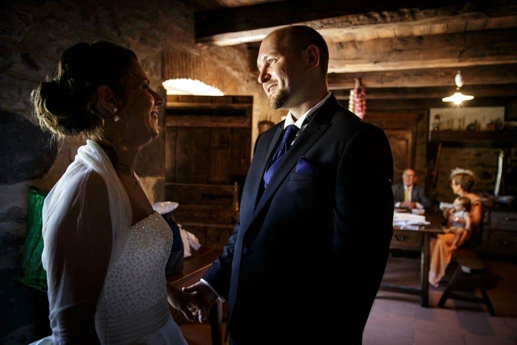 Le marié découvre sa femme. Photo réalisée par Castille ALMA photographe de mariage à Paris Région Parisienne.