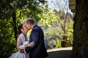 Photo de couple de jeunes mariés. Photo réalisée par Castille ALMA photographe de mariage à Paris Région Parisienne.