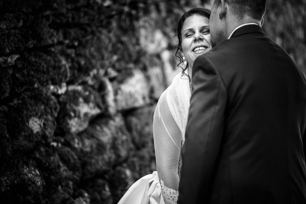 Photo des mariés en noir et blanc. Photo réalisée par Castille ALMA photographe de mariage à Paris Région Parisienne.