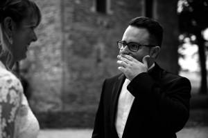 Photographe de mariage à Chalon sur Saône. Photo du marié ému de voir sa femme. Photo réalisée par Castille ALMA photographe de mariage à Chalon sur Saône au clos des Tourelles.
