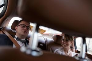 Photographe de mariage à Chalon sur Saône. Photo des mariés dans une Bentley. Photo réalisée par Castille ALMA photographe de mariage à Chalon sur Saône au clos des Tourelles.