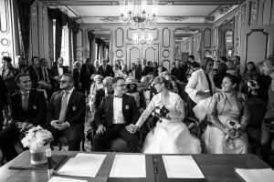 Photographe de mariage à Chalon sur Saône. Photo des mariés pendant la cérémonie civile. Photo réalisée par Castille ALMA photographe de mariage à Chalon sur Saône au clos des Tourelles.