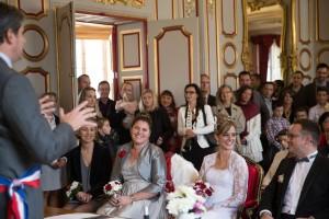 Les mariés se regardent pendant la cérémonie civile. Photo réalisée par Castille ALMA photographe de mariage à Chalon sur Saône au clos des Tourelles.