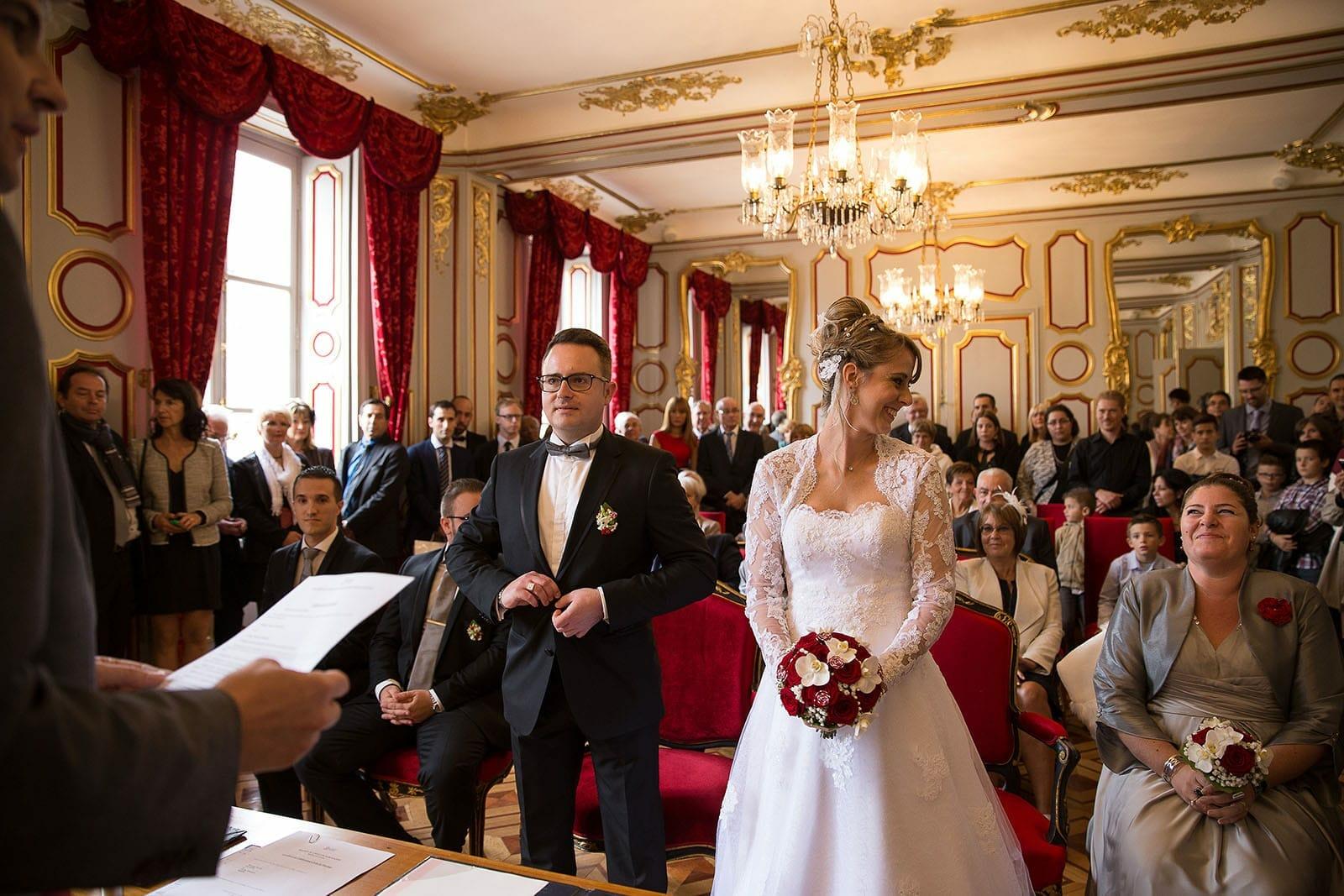 photographe de mariage chalon sur sane la marie change un regard complice avec sa - Photographe Mariage Chalon Sur Saone