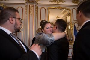 Félicitation de fin de cérémonie de mariage. Photo réalisée par Castille ALMA photographe de mariage à Chalon sur Saône au clos des Tourelles.
