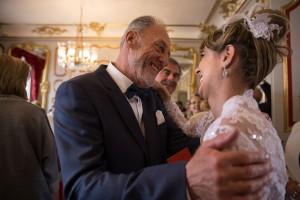 Photographe de mariage à Chalon sur Saône. La mariée et son père. Photo réalisée par Castille ALMA photographe de mariage à Chalon sur Saône au clos des Tourelles.
