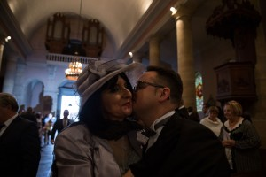 Photographe de mariage à Chalon sur Saône. Le marié embrasse sa mère. Photo réalisée par Castille ALMA photographe de mariage à Chalon sur Saône au clos des Tourelles.