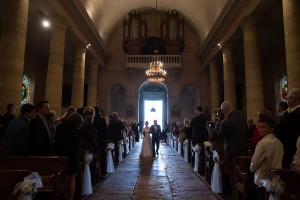 Photographe de mariage à Chalon sur Saône. Entrée de la mariée. Photo réalisée par Castille ALMA photographe de mariage à Chalon sur Saône au clos des Tourelles.
