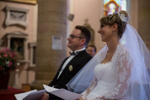 Photo des mariés souriant pendant la cérémonie de mariage. Photo réalisée par Castille ALMA photographe de mariage à Chalon sur Saône au clos des Tourelles.