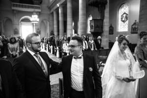 Photographe de mariage à Chalon sur Saône. Photo des mariés en noir et blanc durant la cérémonie. Photo réalisée par Castille ALMA photographe de mariage à Chalon sur Saône au clos des Tourelles.