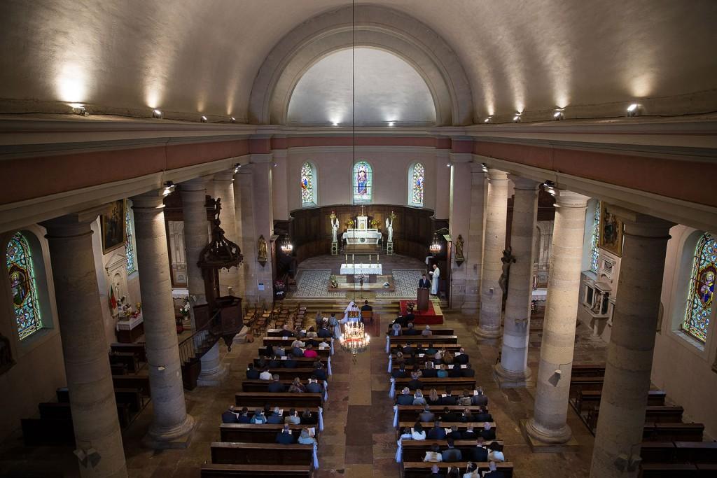 Photographe de mariage à Chalon sur Saône. Photo vue du haut de l'église pendant la cérémonie. Photo réalisée par Castille ALMA photographe de mariage à Chalon sur Saône au clos des Tourelles.