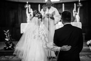 Photographe de mariage à Chalon sur Saône. Photo des mariés de dos pendant la cérémonie de mariage. Photo réalisée par Castille ALMA photographe de mariage à Chalon sur Saône au clos des Tourelles.