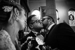 Photographe de mariage à Chalon sur Saône. Le frère du marié embrasse le jeune marié. Photo réalisée par Castille ALMA photographe de mariage à Chalon sur Saône au clos des Tourelles.