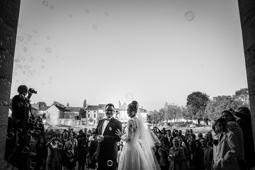 Photographe de mariage à Chalon sur Saône. Photo de la sortie des mariés. Photo réalisée par Castille ALMA photographe de mariage à Chalon sur Saône au clos des Tourelles.