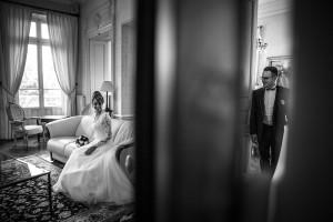 Photo de couple originale. Photo réalisée par Castille ALMA photographe de mariage à Chalon sur Saône au clos des Tourelles.