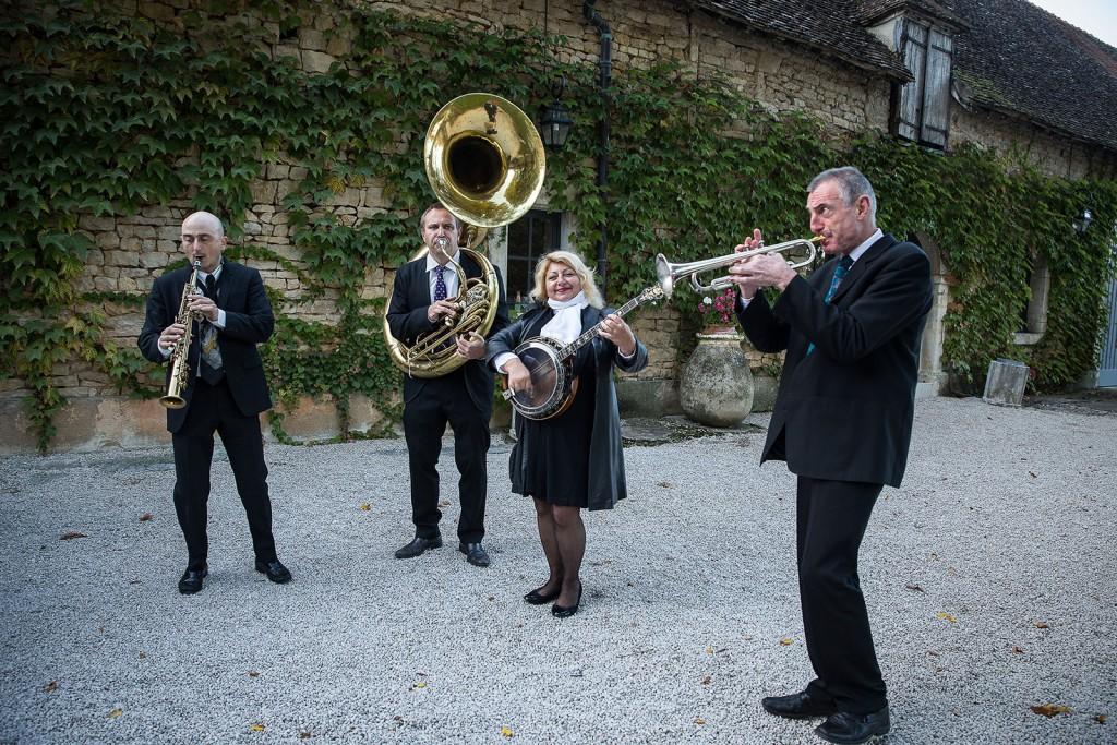 Photographe de mariage à Chalon sur Saône. Photo des musiciens du mariage. Photo réalisée par Castille ALMA photographe de mariage à Chalon sur Saône au clos des Tourelles.