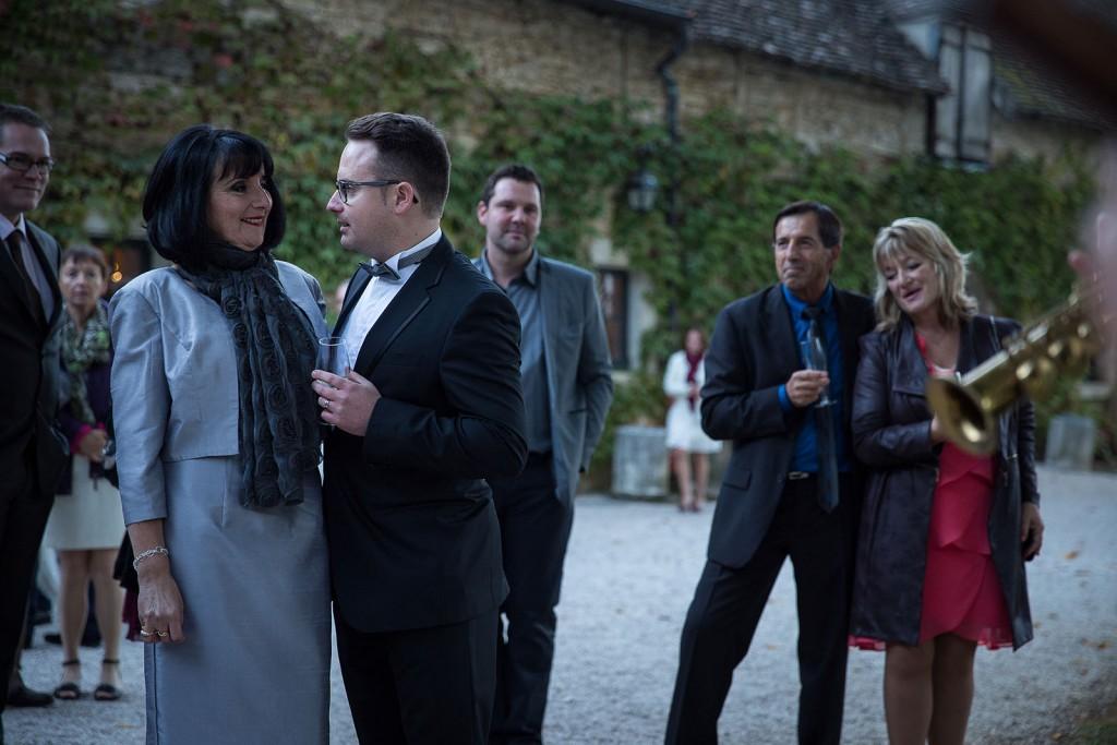Photographe de mariage à Chalon sur Saône. Le marié avec sa mère. Photo réalisée par Castille ALMA photographe de mariage à Chalon sur Saône au clos des Tourelles.