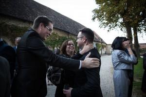 Photographe de mariage à Chalon sur Saône. Le marié félicité. Photo réalisée par Castille ALMA photographe de mariage à Chalon sur Saône au clos des Tourelles.