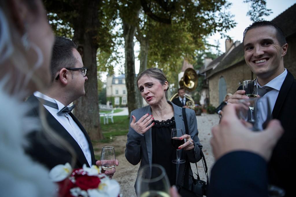 Photographe de mariage à Chalon sur Saône. Photo des invités au mariage. Photo réalisée par Castille ALMA photographe de mariage à Chalon sur Saône au clos des Tourelles.