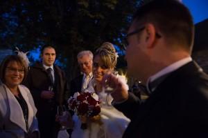 Photographe de mariage à Chalon sur Saône. Les mariés trinquent. Photo réalisée par Castille ALMA photographe de mariage à Chalon sur Saône au clos des Tourelles.