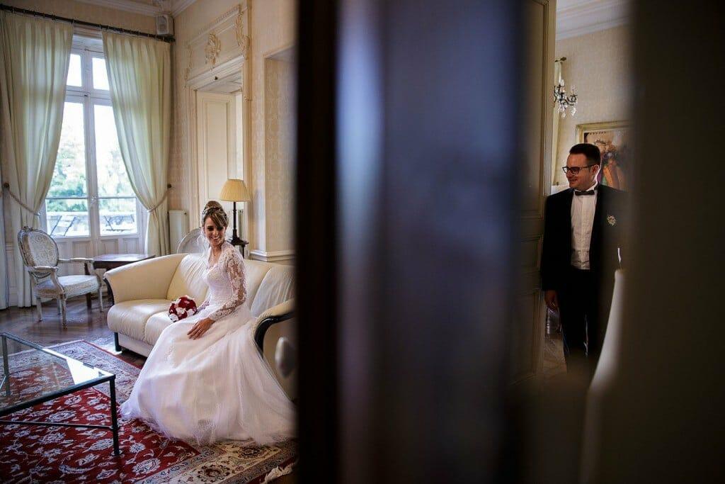 Photographe de mariage à Chalon sur Saône. Photo créative des mariés. Photo réalisée par Castille ALMA photographe de mariage à Chalon sur Saône au clos des Tourelles.