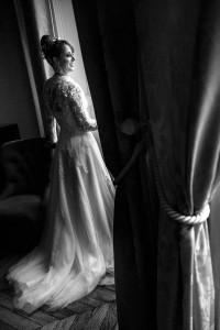 Portrait de la mariée en noir et blanc. Photo réalisée par Castille ALMA photographe de mariage à Chalon sur Saône au clos des Tourelles.