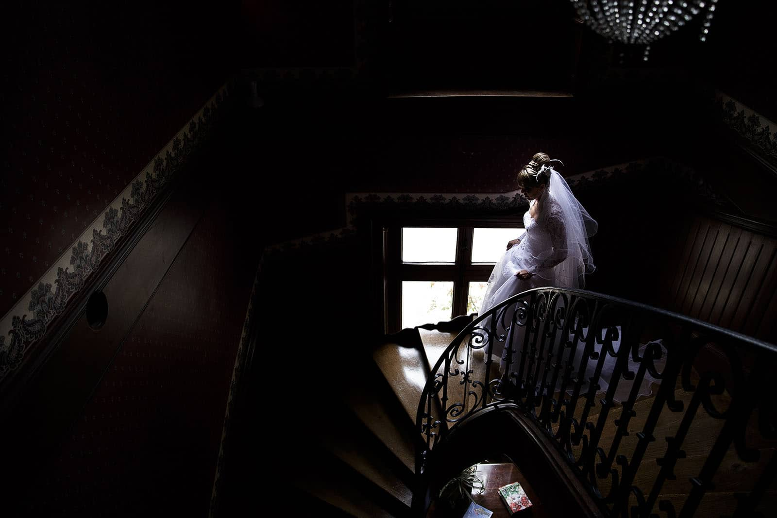wedding at Clos des Tourelles wedding photographer at Chalon sur Saône. The bride down the stairs. Photo made by Castile ALMA wedding photographer in Chalon sur Saone at the clos des Tourelles.