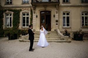 Photographe de mariage à Chalon sur Saône. Photo de la mariée découvrant son mari. Photo réalisée par Castille ALMA photographe de mariage à Chalon sur Saône au clos des Tourelles.