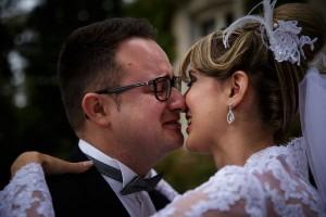 Emotion du marié en découvrant sa femme. Photo réalisée par Castille ALMA photographe de mariage à Chalon sur Saône au clos des Tourelles.