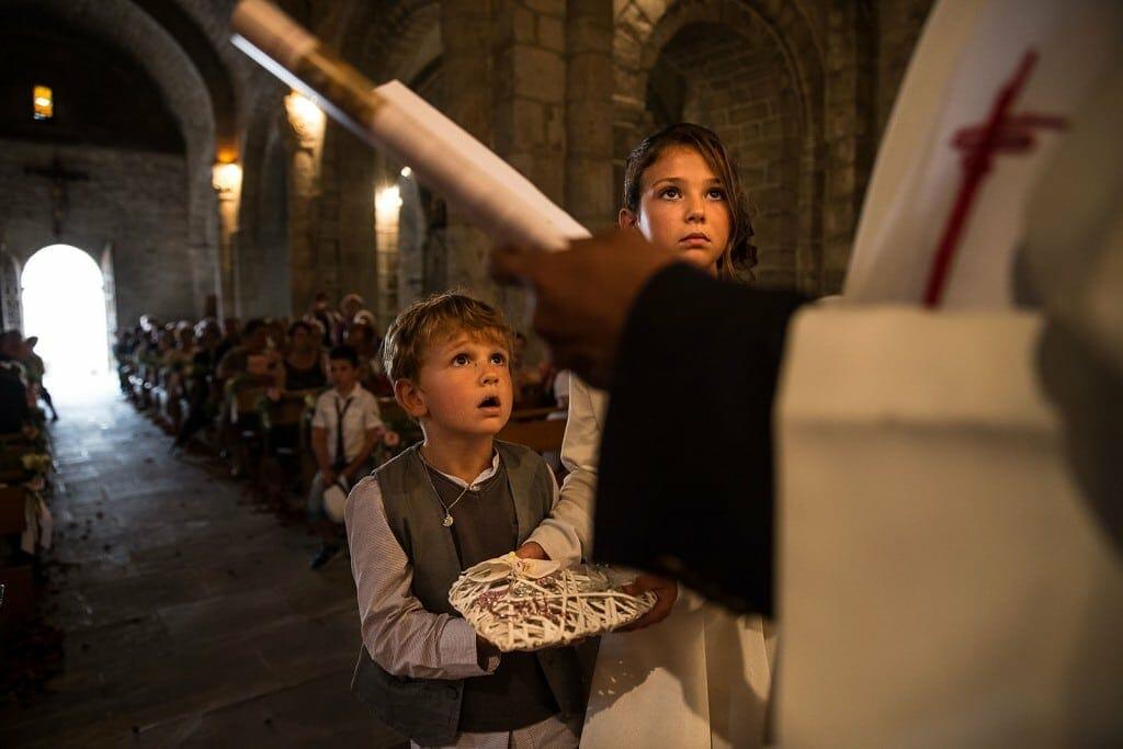 Les enfants d'honneur apportent les alliances. Photo réalisée par Castille ALMA photographe de mariage à Chambéry.