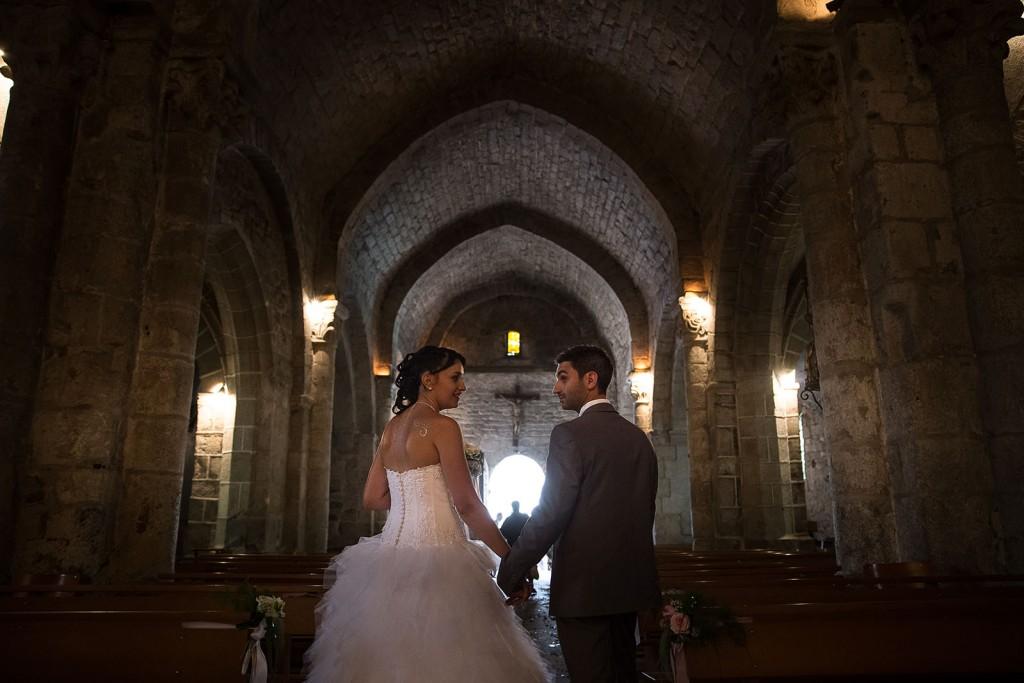 Les mariés sortent de l'église. Photo réalisée par Castille ALMA photographe de mariage à Chambéry.