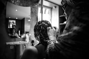 Coiffure de la mariée de dos. Photo réalisée par Castille ALMA photographe de mariage à Chambéry.