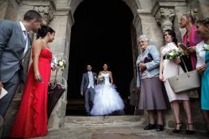 La sortie de l'église des mariés. Photo réalisée par Castille ALMA photographe de mariage à Chambéry.