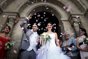 Lancé de confettis o la sortie de l'église. Photo réalisée par Castille ALMA photographe de mariage à Chambéry.
