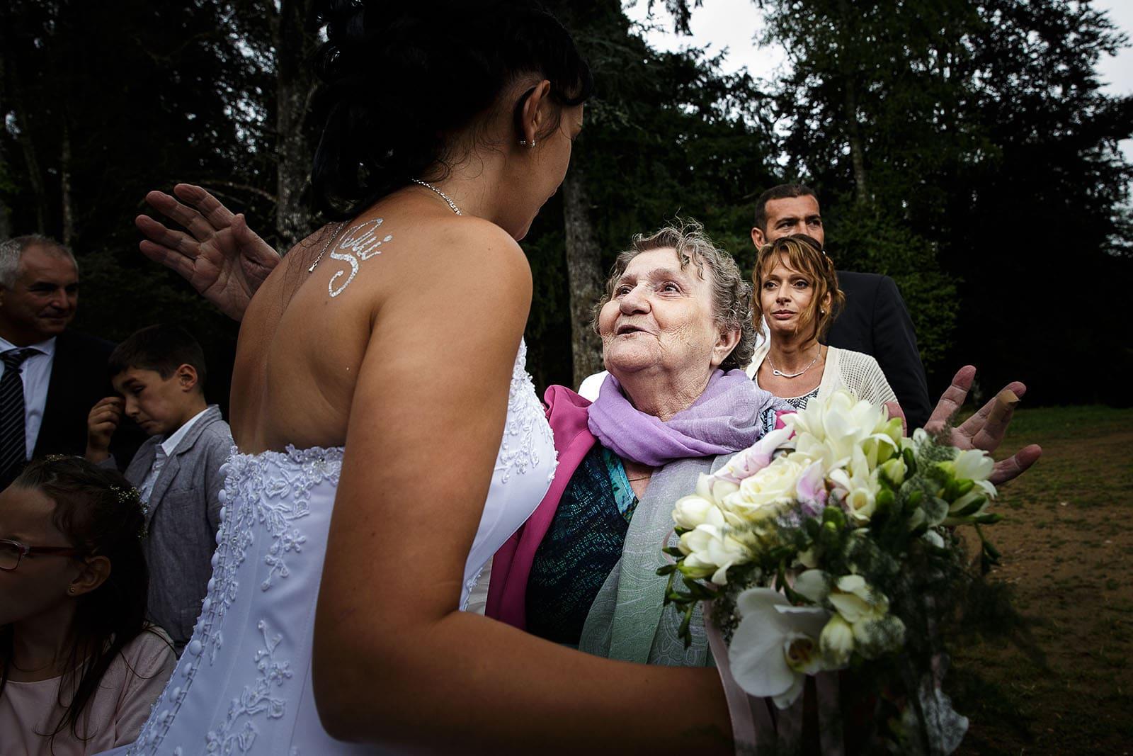 La grand mère de la mariée heureuse. Photo réalisée par Castille ALMA photographe de mariage à Chambéry.