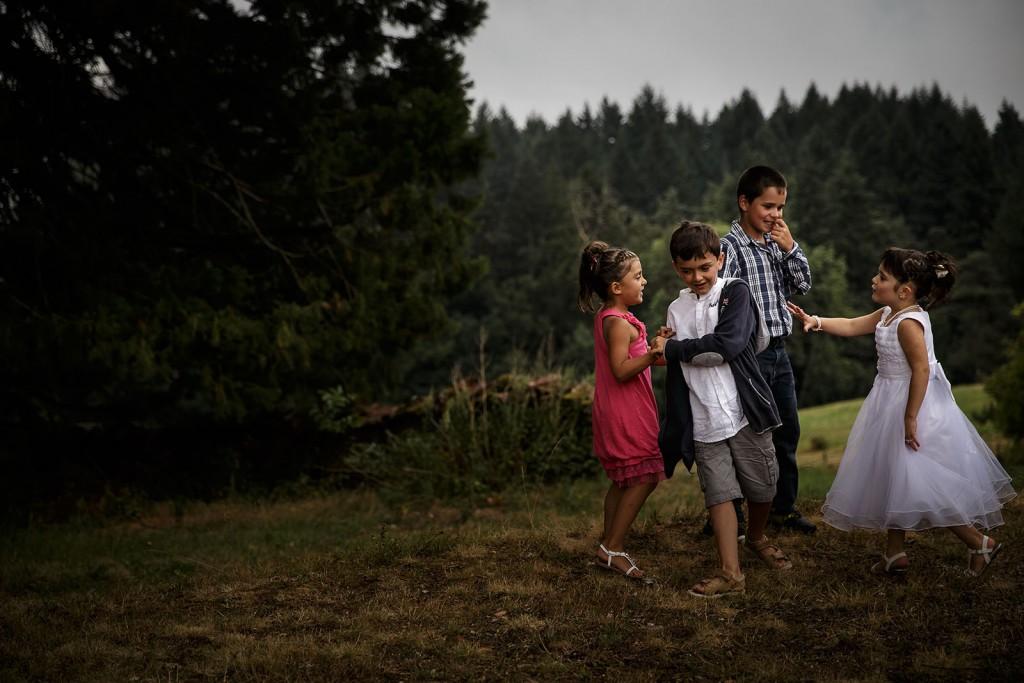Les enfants jouent pendant le vin d'honneur. Photo réalisée par Castille ALMA photographe de mariage à Chambéry.