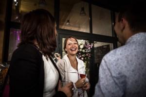 Les invités s'amusent et rient au vin d'honneur du mariage. Photo réalisée par Castille ALMA photographe de mariage à Chambéry.