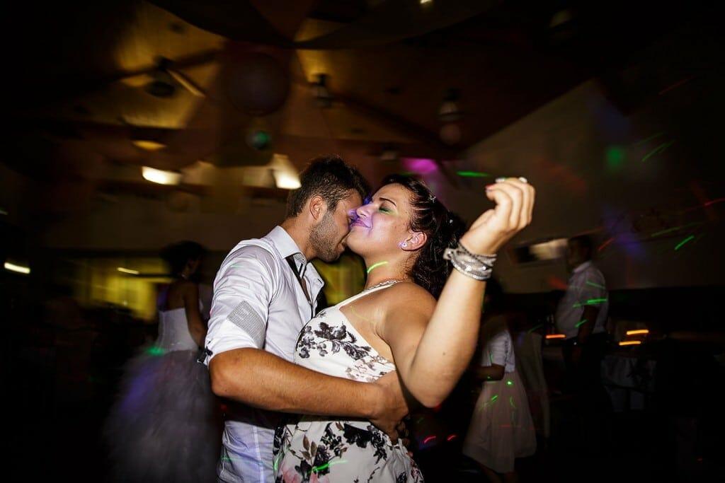 Les invités dansent pendant la soirée de mariage. Photo réalisée par Castille ALMA photographe de mariage à Chambéry.