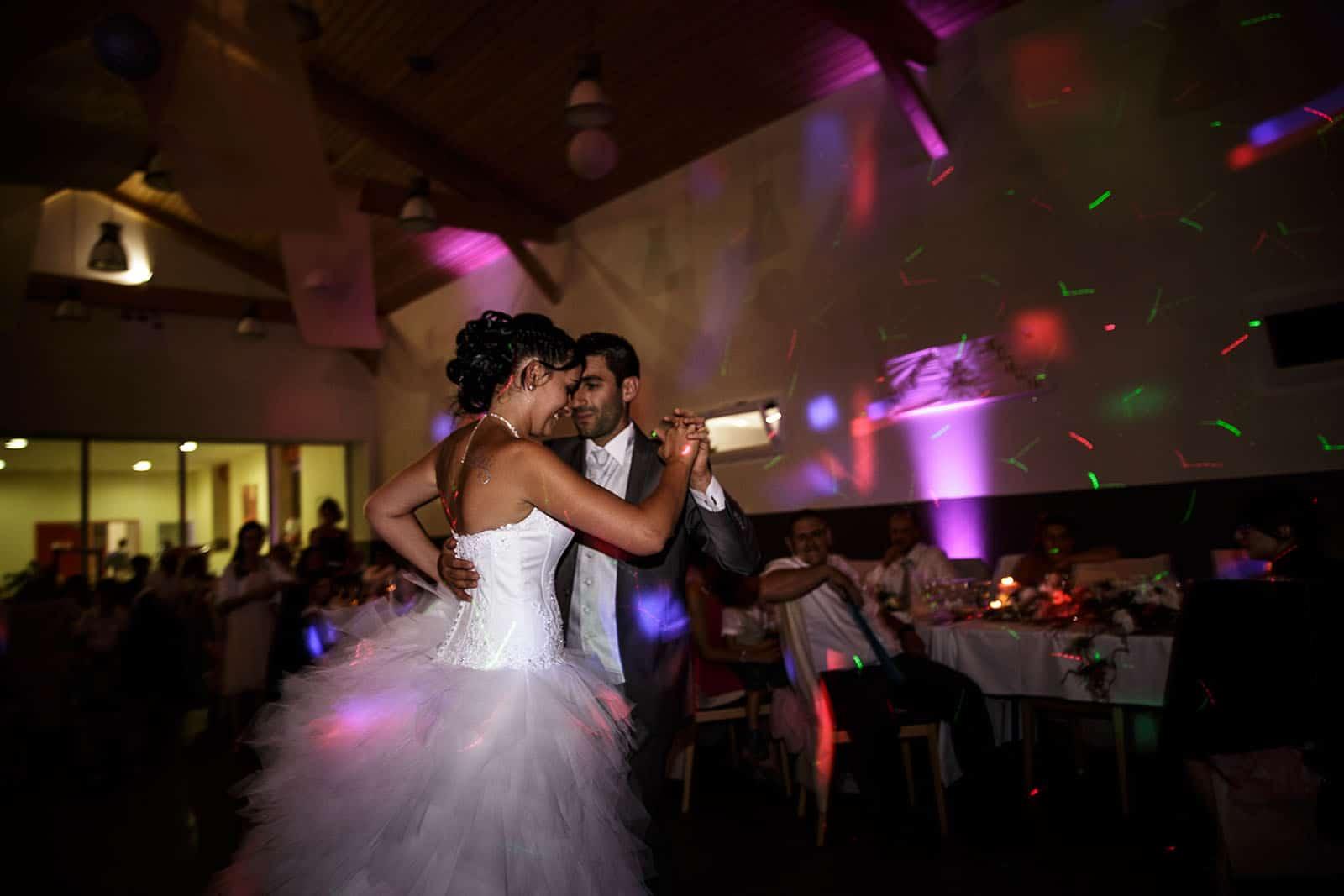 Ouverture du bal par les mariés. Photo réalisée par Castille ALMA photographe de mariage à Chambéry.
