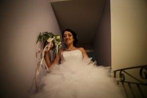 La mariée descend les escaliers une fois prête. Photo réalisée par Castille ALMA photographe de mariage à Chambéry.