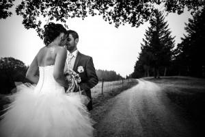 Photo de couple en noir et blanc. Photo réalisée par Castille ALMA photographe de mariage à Chambéry.