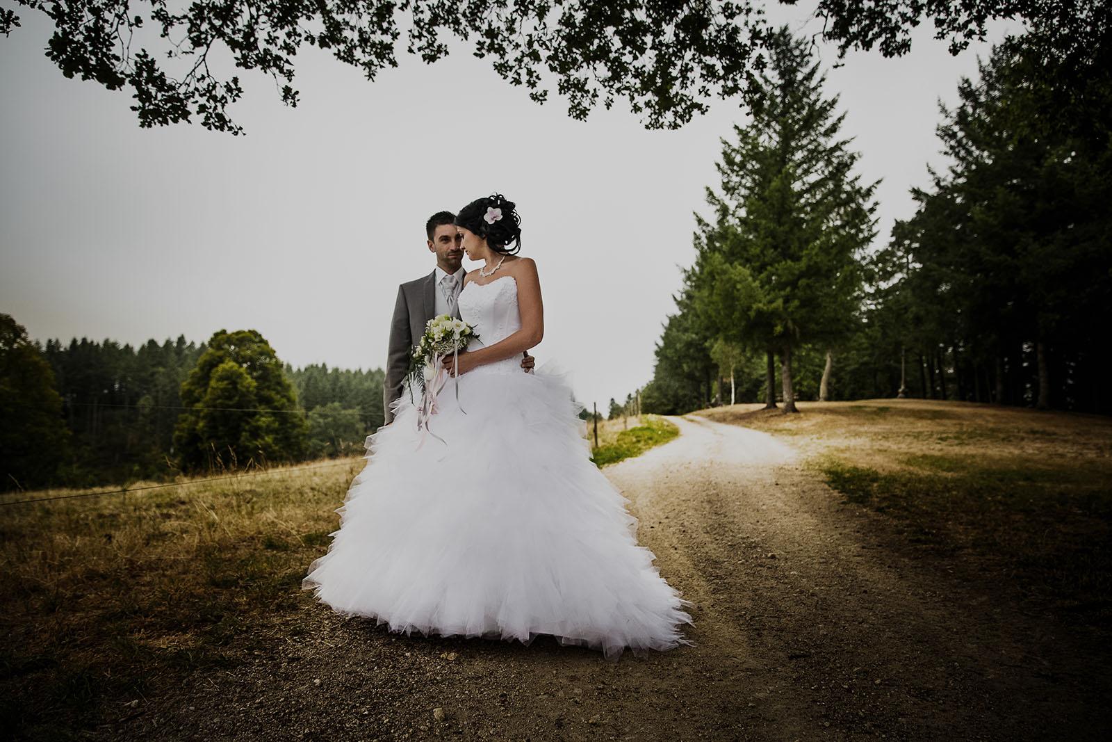 Photo de couple de jeunes mariés. Photo réalisée par Castille ALMA photographe de mariage à Chambéry.