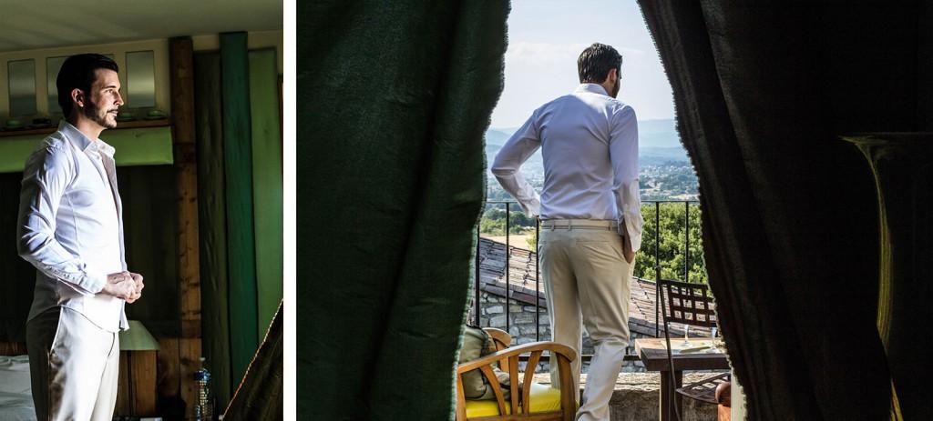 Portrait du marié sur le balcon de sa chambre au comptoir saint hilaire. Photo réalisée par Castille ALMA photographe de mariage au Comptoir Saint Hilaire dans le Gard.