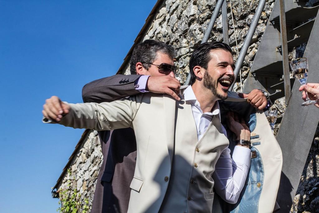 Le marié enfile sa veste. Photo réalisée par Castille ALMA photographe de mariage au Comptoir Saint Hilaire dans le Gard.